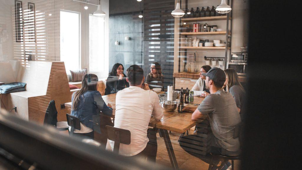 Personer sitter runt ett bord