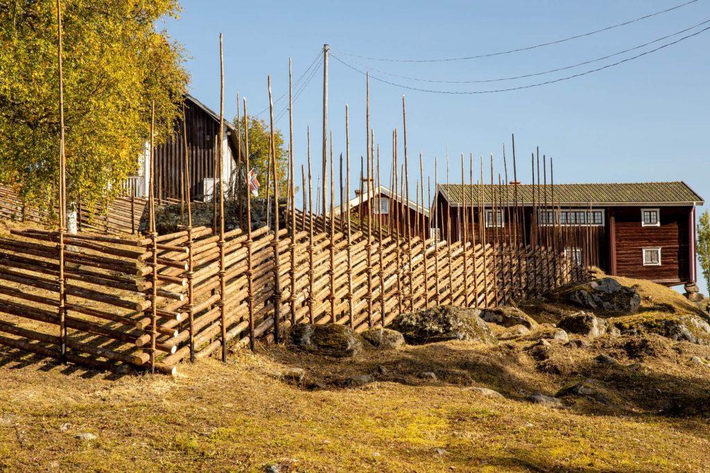 Gärdesgård och gamla trähus i Mattila